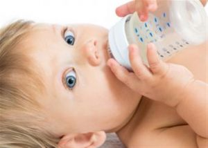 لماذا لا ينصح بإعطاء حليب البقر للاطفال الرضع قبل العام الاول