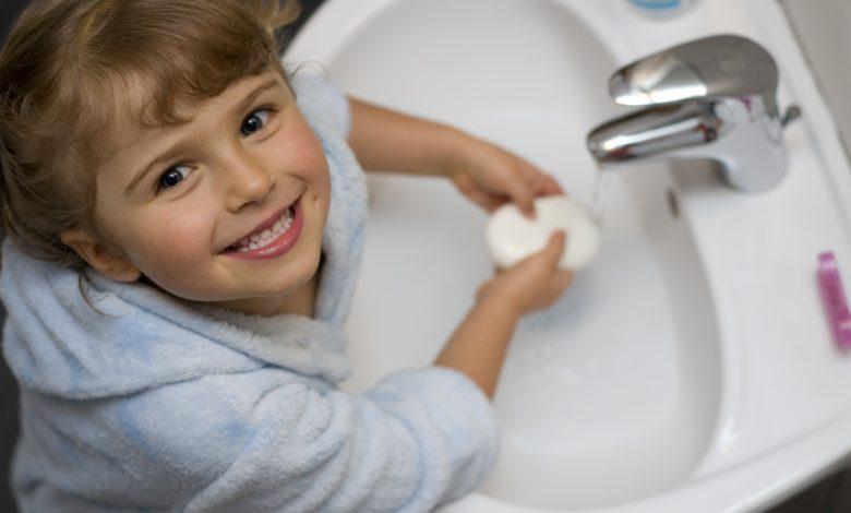 كيف نقنع الاطفال بضرورة غسل اليدين ؟