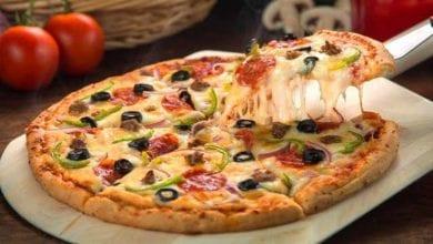 Photo of طريقة عمل بيتزا هت الإيطالية سهلة بالخطوات