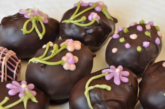 طريقة عمل بيض الشوكولاتة بحشوة رائعة بالصور